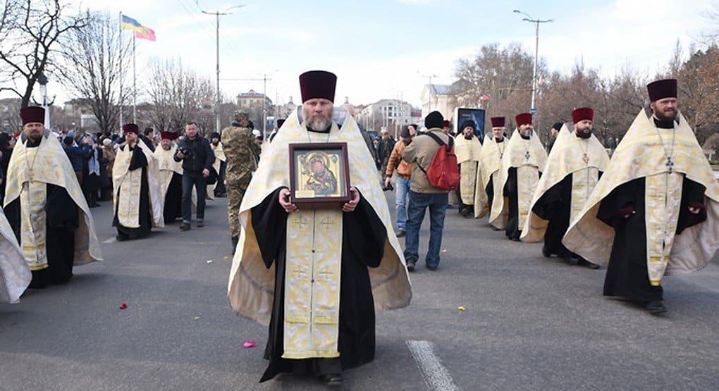 Запорожцы прошли крестным ходом с иконой, найденной на дне Днепра
