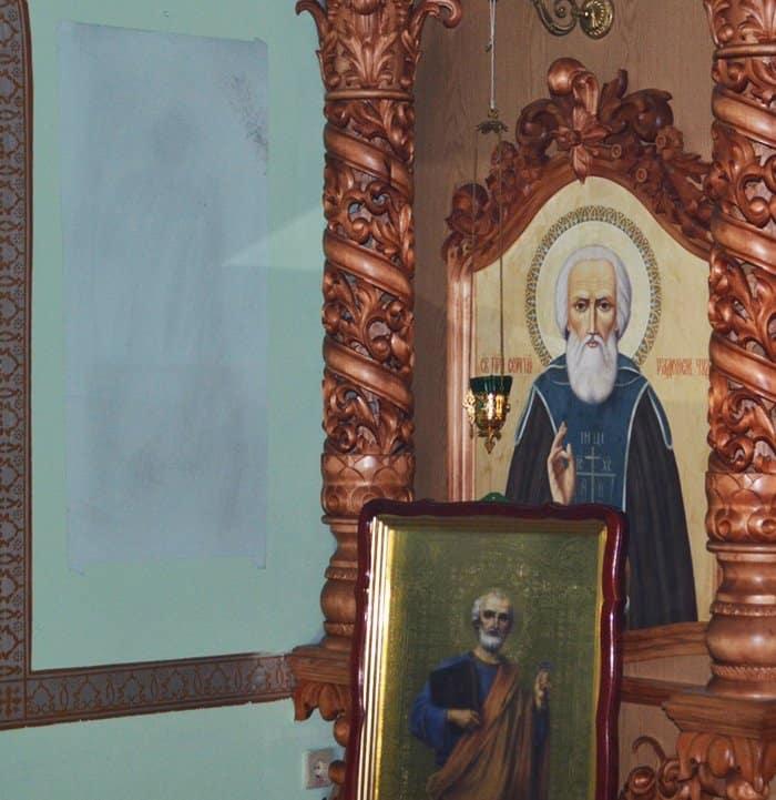 На стенах храма Мелитополя проявились образы святых Петра и Павла