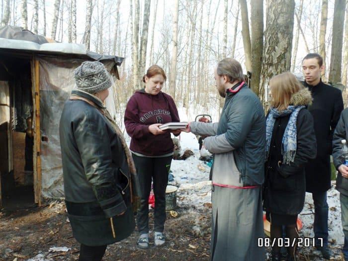 Приход храма в Южном Бутове помогает бездомным, живущим в лесу