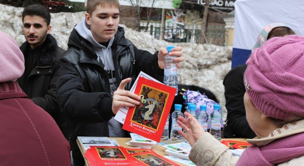 Православная молодежь поздравила прохожих пасхальными открытками