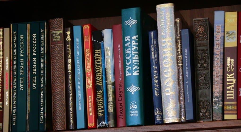 Епископ отдал личные книги епархиальной библиотеке