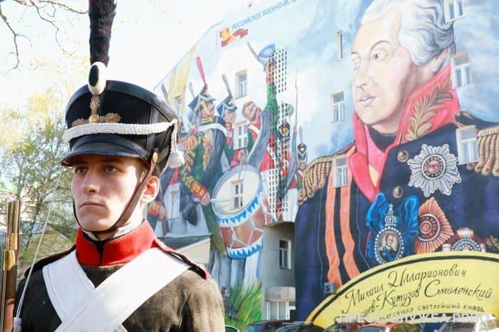 Граффити с Михаилом Кутузовым открыли на Волхонке