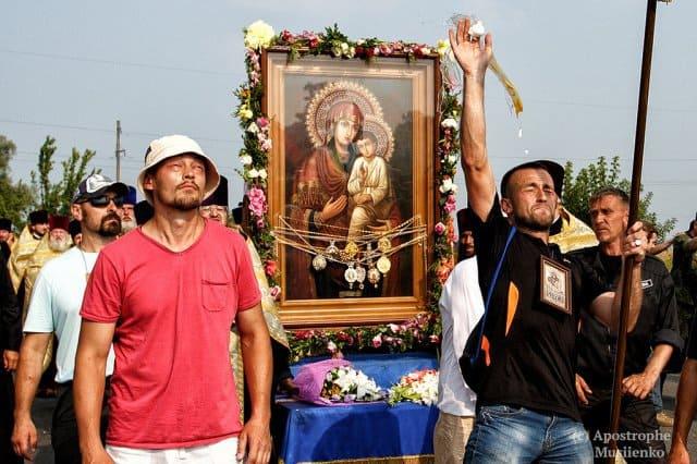 Украинскому священнику, защитившему Святогорскую икону, подарили ее список