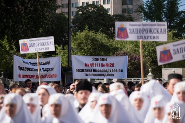 Около 10 тысяч верующих Украинской Церкви молятся у Верховной Рады