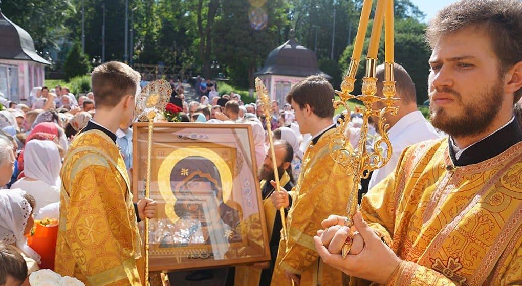 Большой крестный ход с новоявленной иконой Богородицы начался на Украине