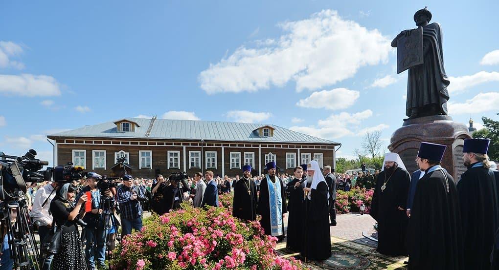 Патриарх Кирилл освятил в Смоленске памятник Владимиру Мономаху