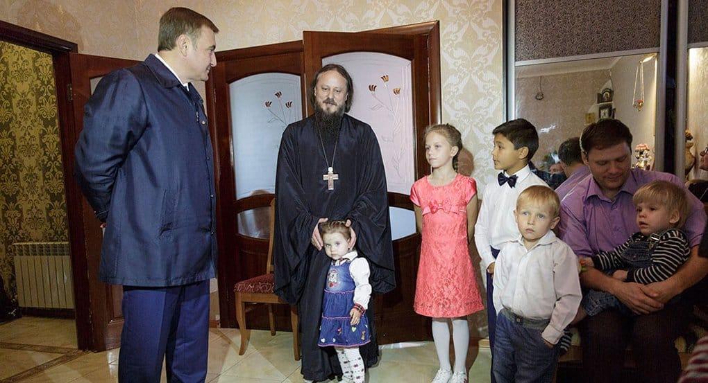 Глава Тульской области пообещал микроавтобус семье священника, усыновившего 17 детей