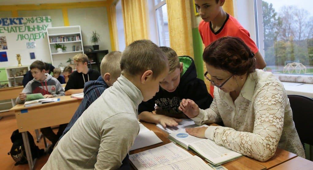 Учитель должен быть доброжелательным и любящим детей, считают россияне