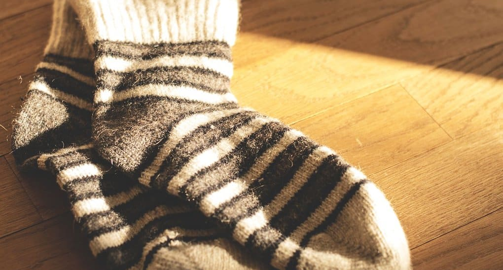 «Милосердие» приглашает связать теплые носки для бездомных