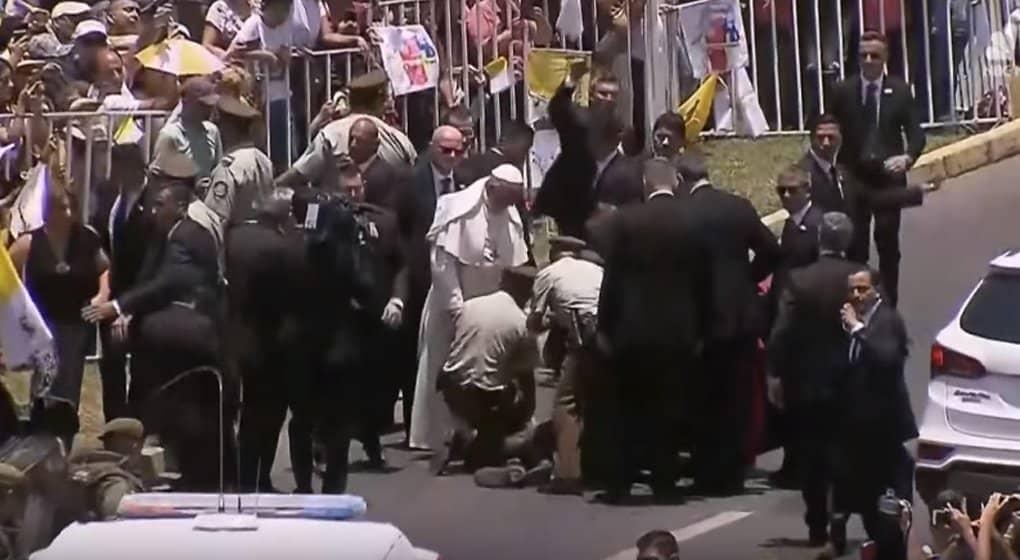 Папа Римский Франциск остановил кортеж, ради упавшей с лошади полицейской