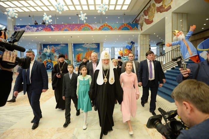 Патриарх Кирилл посмотрел елку в Кремле с детьми из многодетных семей