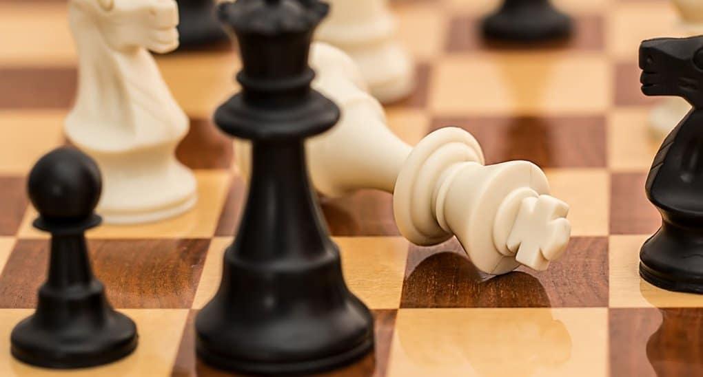 Бог не управляет людьми, как шахматными фигурами, - протоиерей Максим Козлов