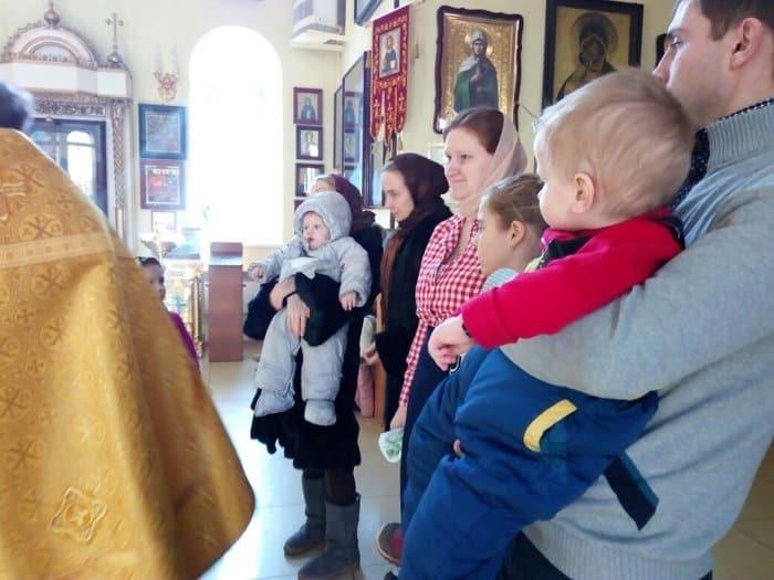 Во Владивостоке крестили трех малышей, спасенных от аборта