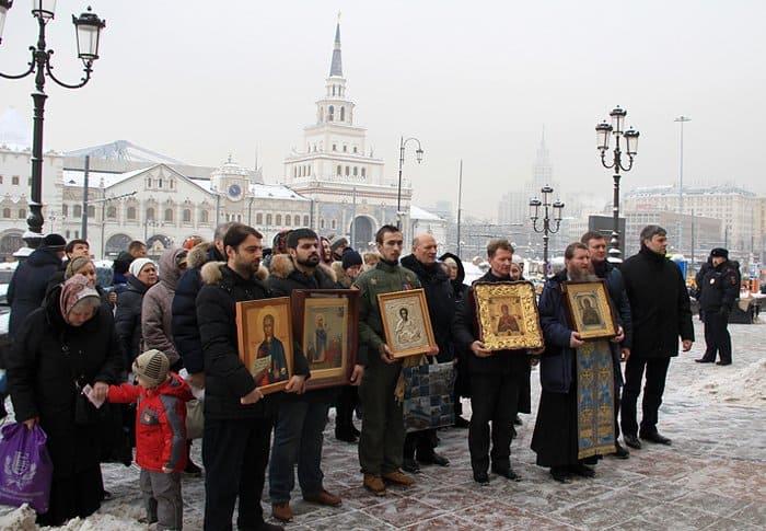 По вокзалам Москвы прошли с молитвой о мире и иконами