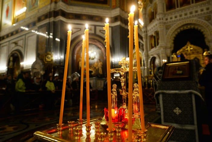Патриарх Кирилл с верующими помолился о жертвах трагедии в Кизляре