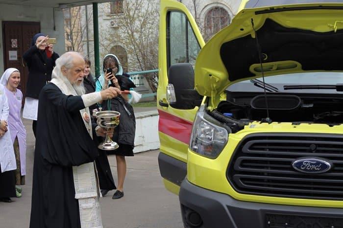 На деньги, собранные вместо покупки цветов патриарху, купили реанимобиль