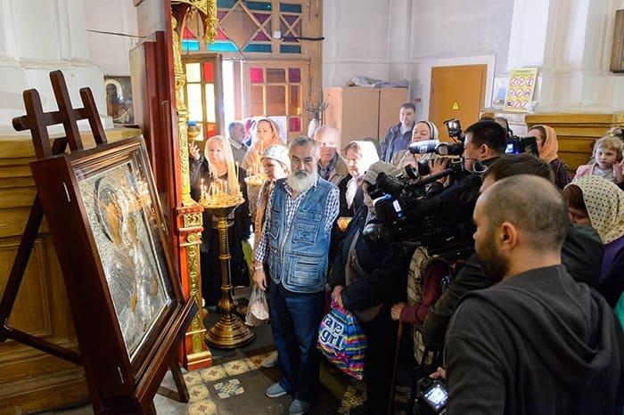 Президент Казахстана подарил верующим Тихвинскую икону Богородицы