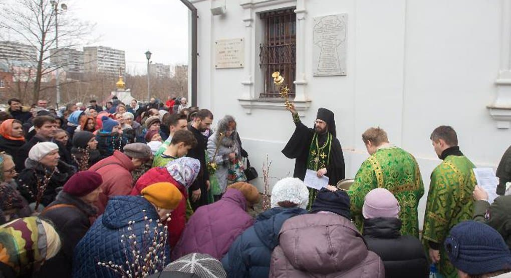 На храме в Черкизове установили доску в память о трех новомучениках