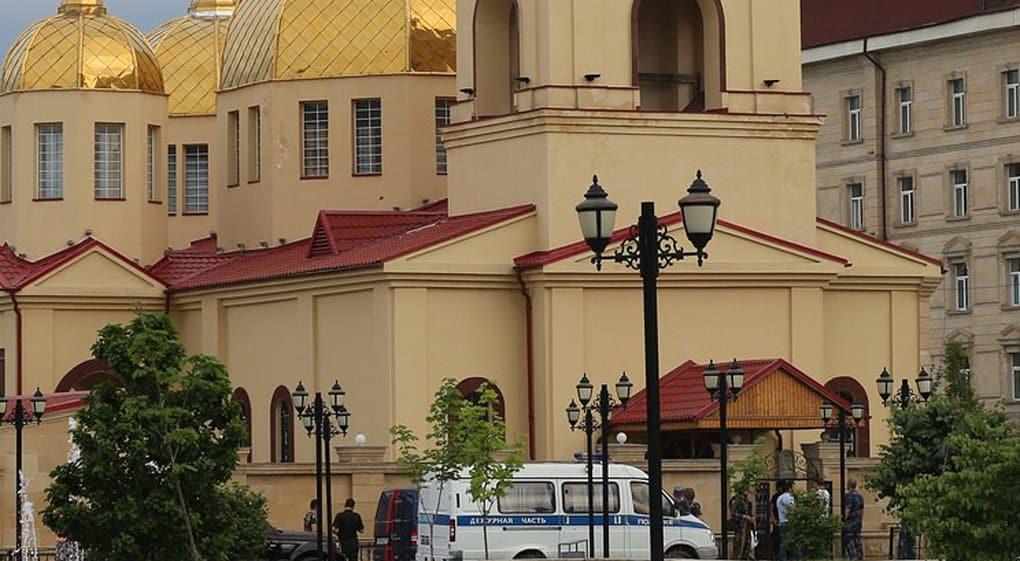 Три человека погибли при нападении на храм в Грозном