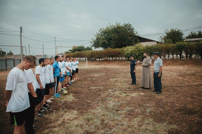 Астраханская молодежь сыграла в футбол с заключенными исправительной колонии