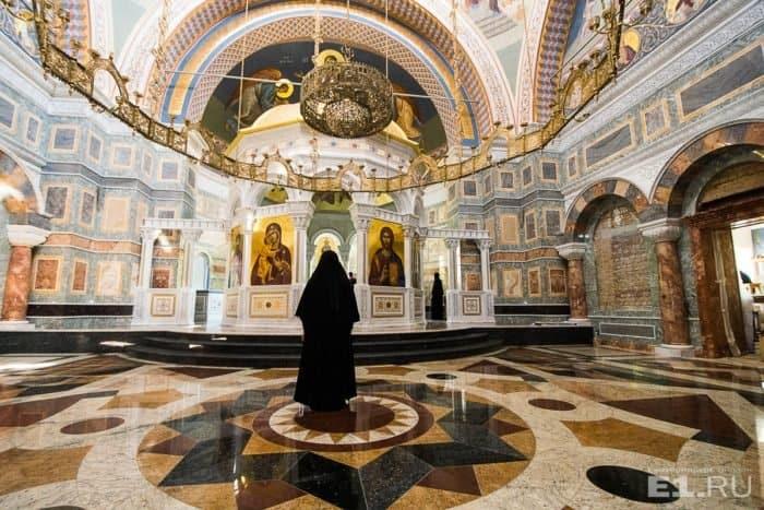 Уральским журналистам показали восстанавливаемый храм в честь иконы Божией Матери «Всех скорбящих Радость» в Ново-Тихвинском монастыре Екатеринбурга
