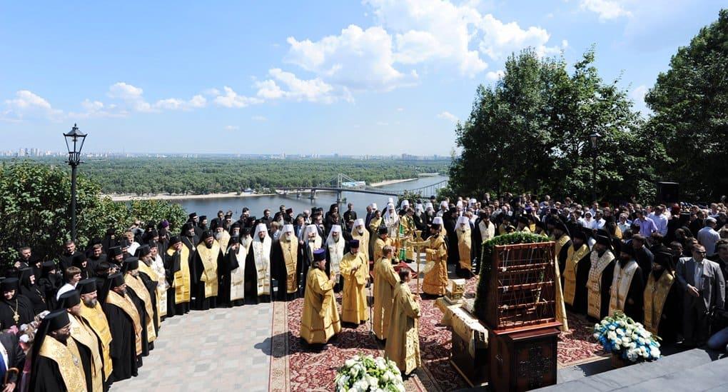 На молебен и крестный ход в Киеве собрались несколько тысяч верующих