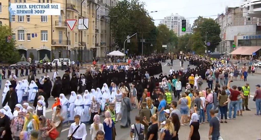 По Киеву идет многотысячный крестный ход в честь 1030-летия Крещения Руси