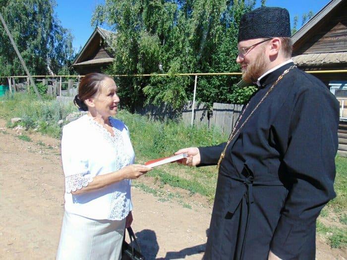 Удмуртский священник развозит и дарит Евангелия жителям деревень, в которых нет храмов