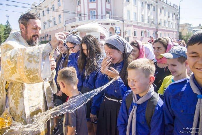 По главной улице с владыкой: детский крестный ход в Улан-Удэ перед началом учебы