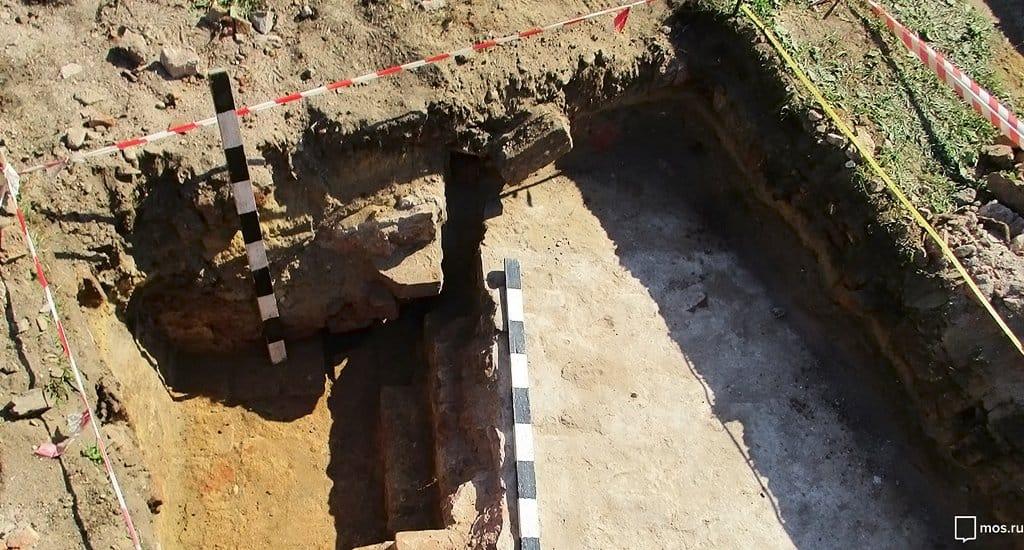 Под бывшей танцплощадкой в Москве нашли место престола разрушенного храма