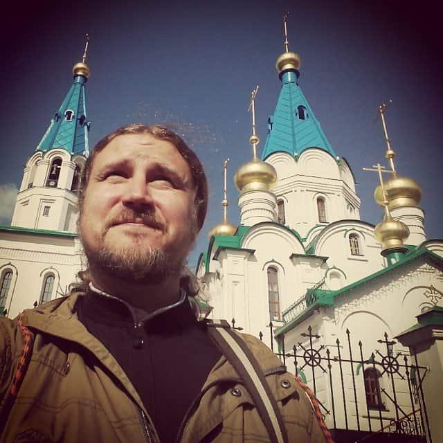 Нужно ли «запирать» священников в храмах?