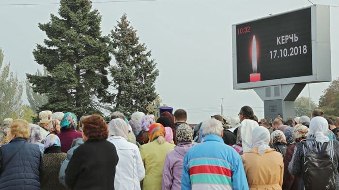 Более 30 тысяч крымчан пришли проститься с жертвами стрельбы в колледже Керчи