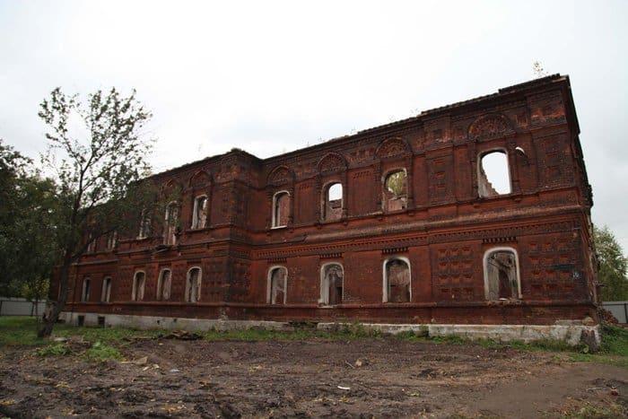 Рядом с разрушенной богадельней ярославского монастыря установили памятный крест