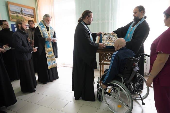 Курской-Коренной иконе поклонились в больницах и социальных центрах