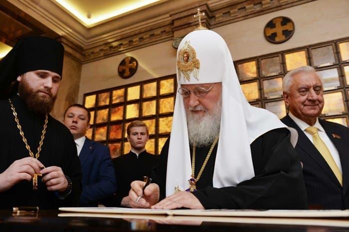 Патриарх Кирилл освятил капсулу с землей с мест сражений Первой мировой для минского храма