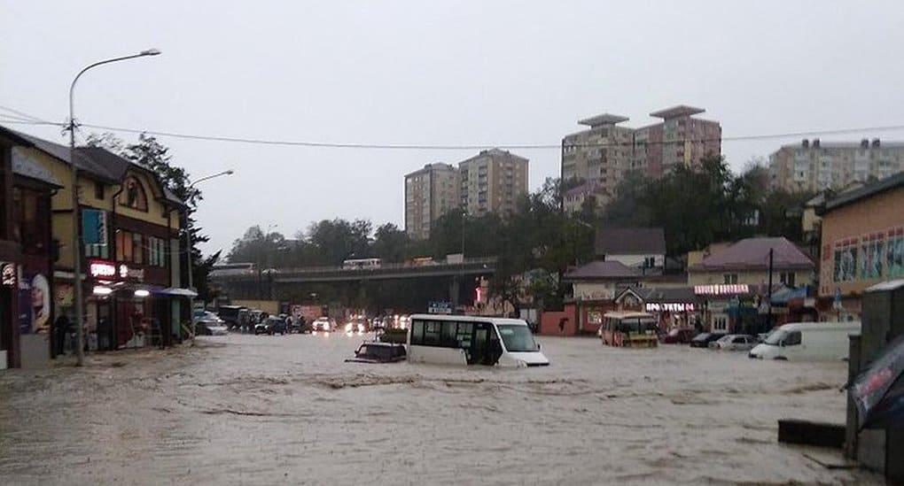 Священники помогают пострадавшим от наводнения в Туапсе