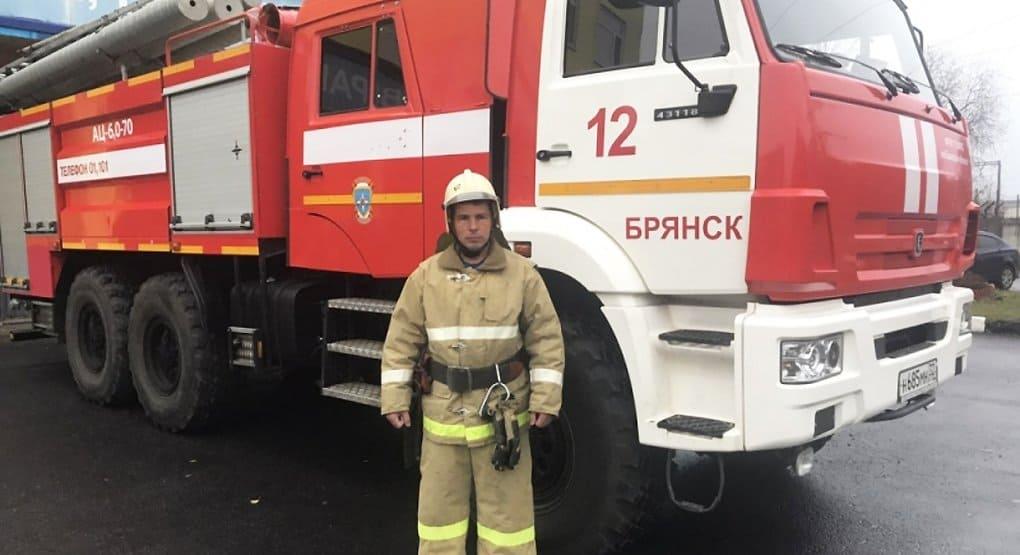 Брянский пожарный в свой выходной спас из горящего дома 10 человек