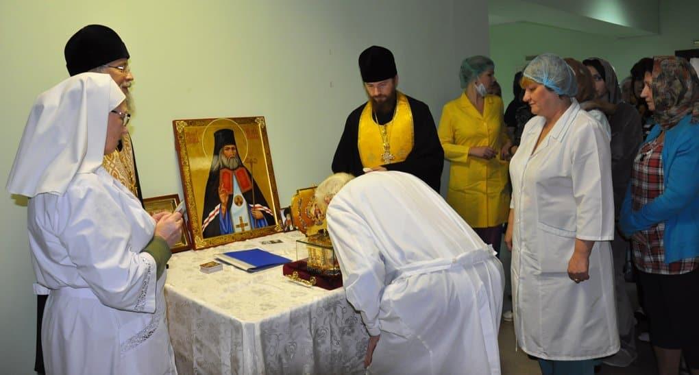 «Хирурги подходили очень благоговейно»: в больницах Архангельска поклонились мощам Луки Крымского