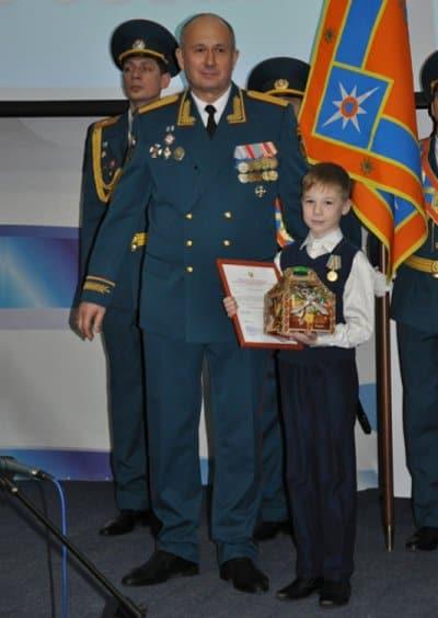 В Иркутске наградили 11-летнего героя, спасшего друга, провалившегося под лед