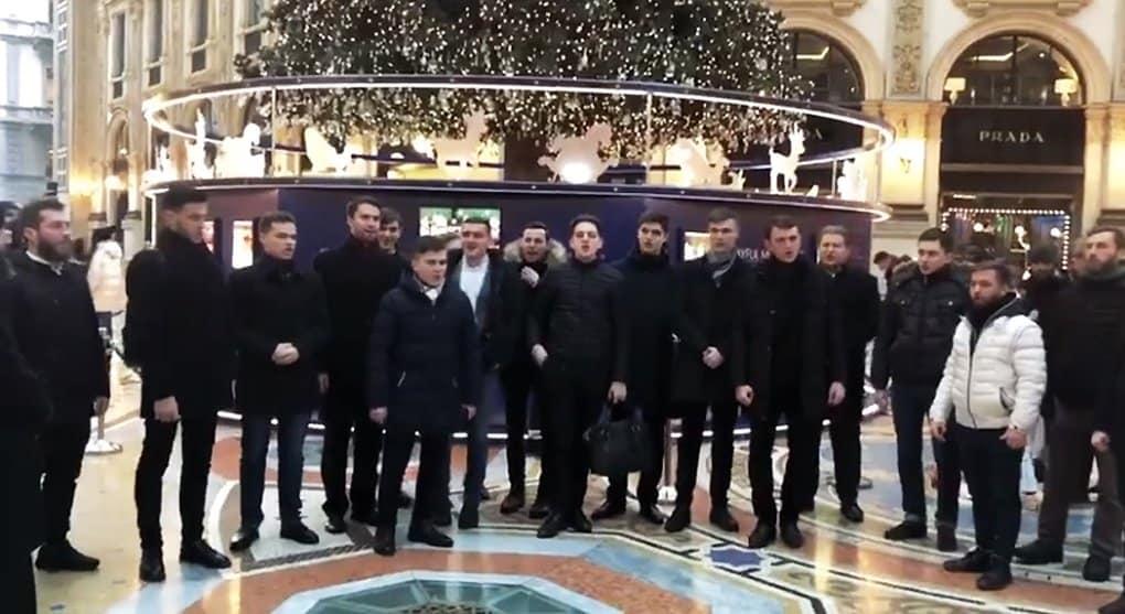Киевские семинаристы спели на улице Милана в поддержку канонической Украинской Церкви