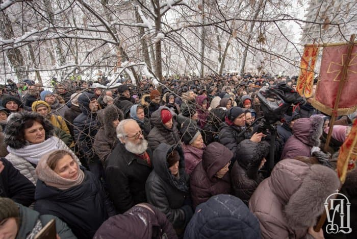 Около 2 тысяч верующих молятся у Рады против переименования Украинской Православной Церкви