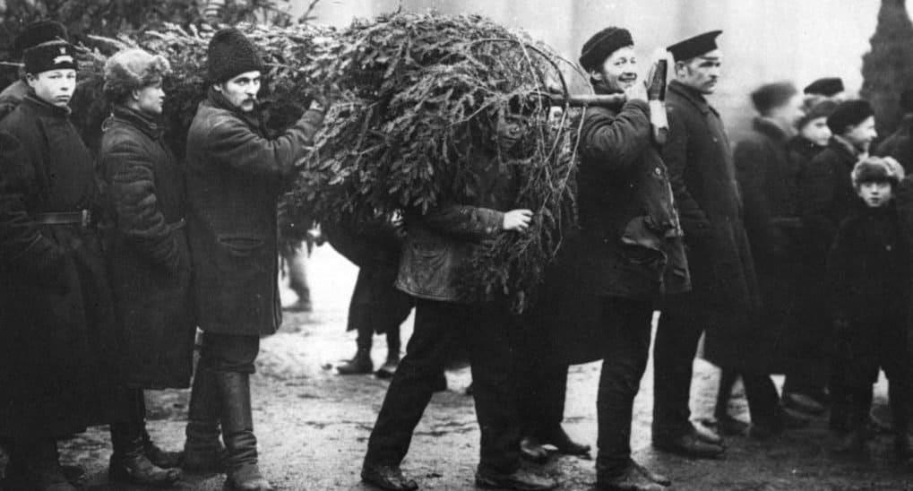 Возвращение елки, ограбление Ленина и фейерверк из винтовок.  Необычные истории и фотографии о Рождестве и революции