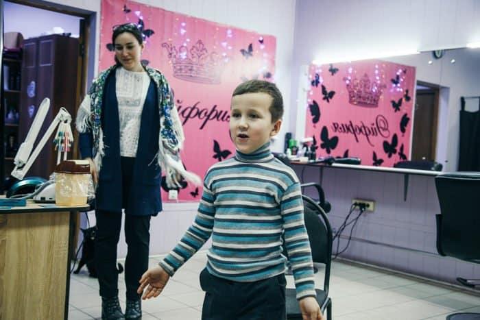 В Астрахани прошла благотворительная акция «Подстрижём ребенка к школе!»