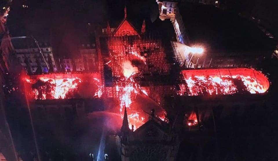 В столице Франции горит собор Парижской Богоматери
