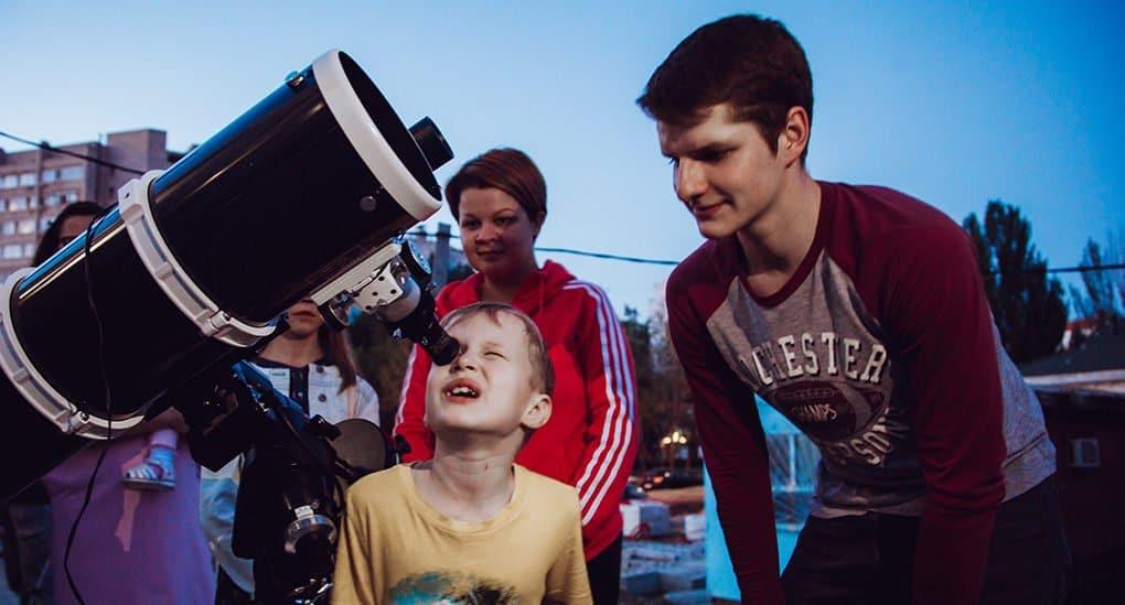 Метеориты и телескоп на территории храма в Астрахани