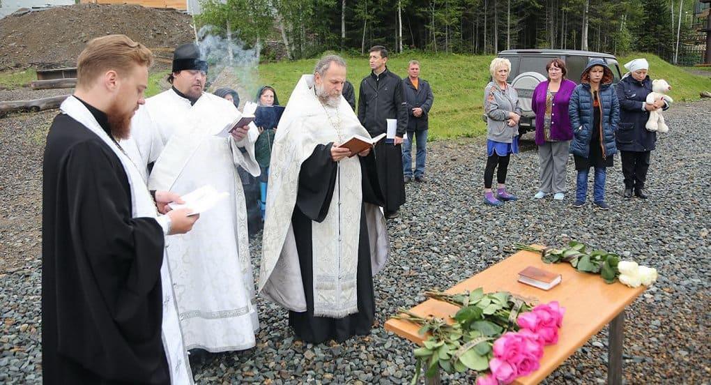 На месте трагедии в палаточном лагере под Хабаровском совершили панихиду