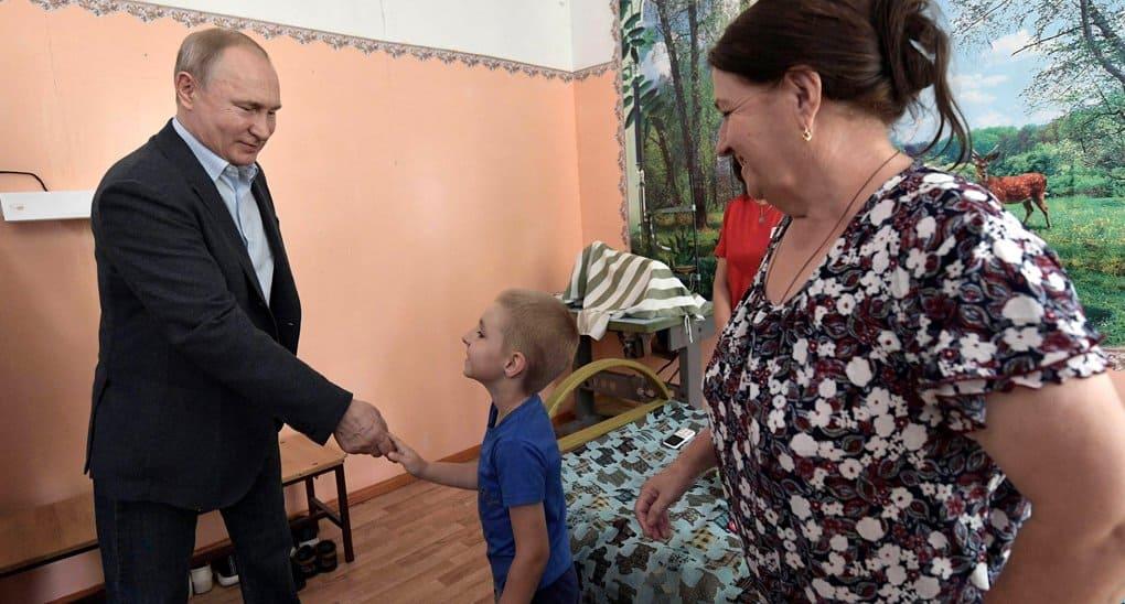 Владимир Путин лично проверил, как помогают в Тулуне пострадавшим от наводнения