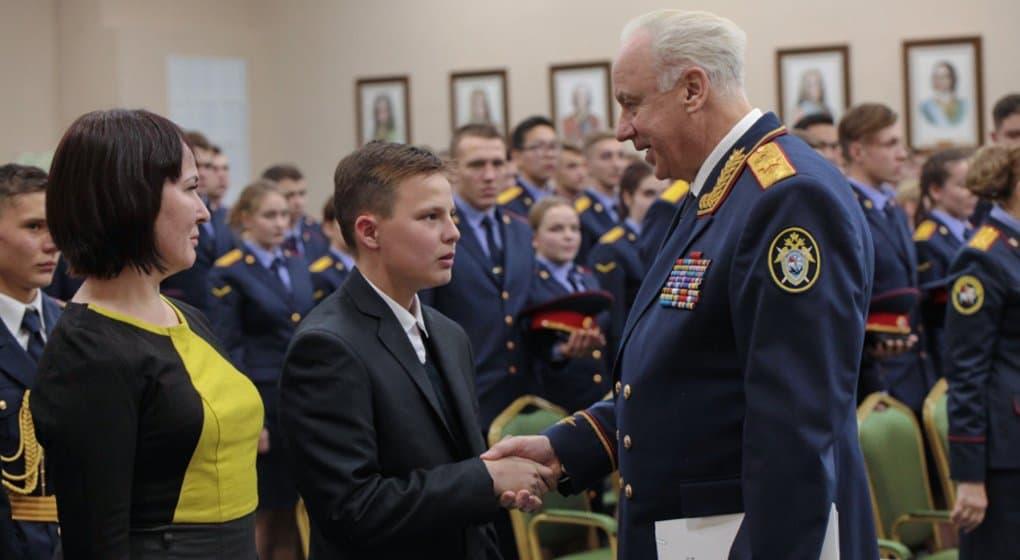 Школьника из Дегтярска наградили медалью за спасение тонувшей девочки