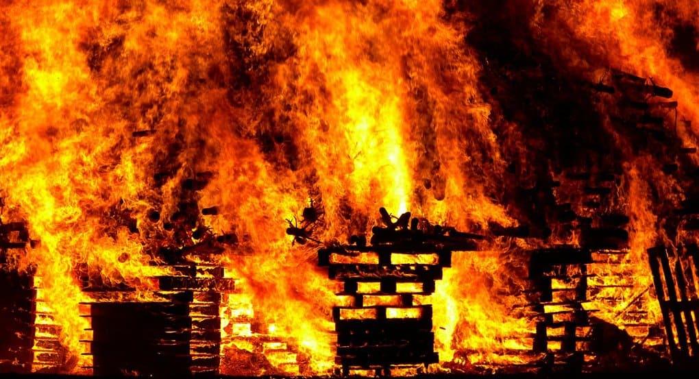 Участковый в Нягани спас на пожаре многодетную семью