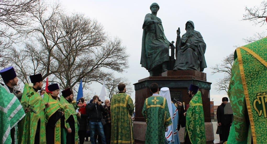 В Керчи открыли памятник князю и игумену, при которых измерили ширину Керченского пролива